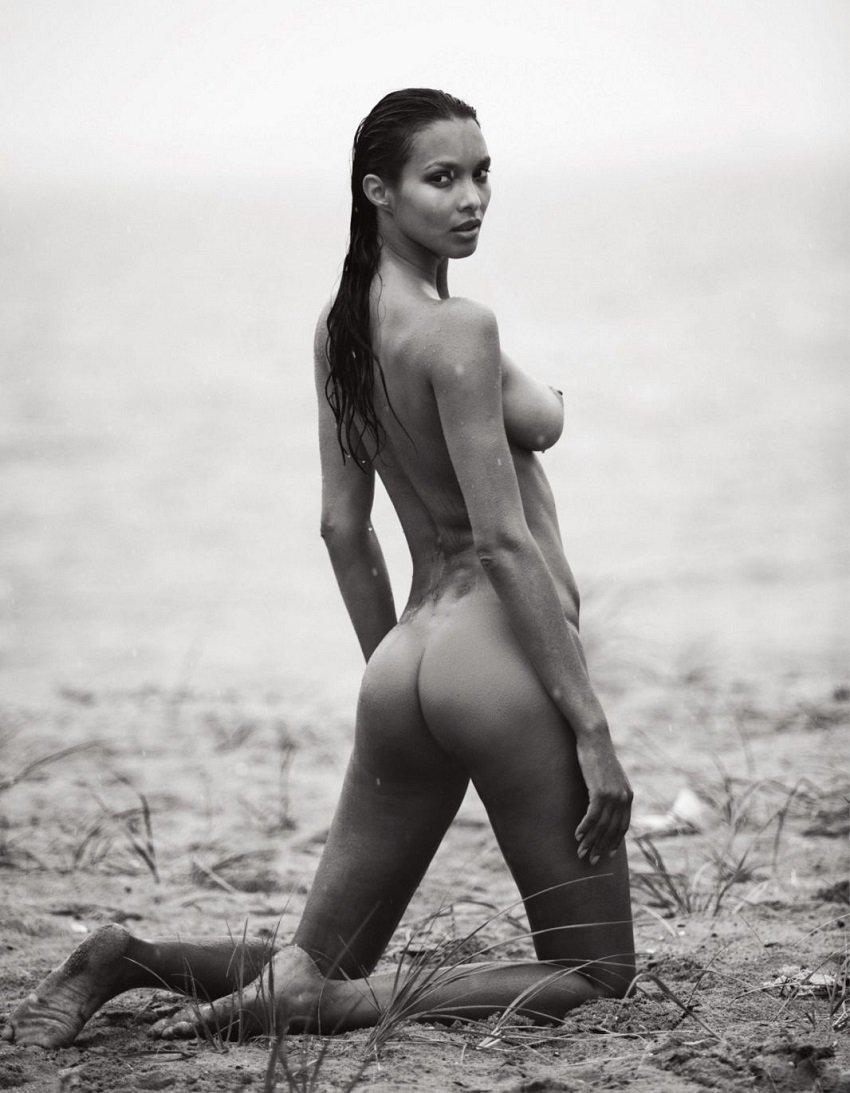 lais-ribeiro-naked-black-and-white