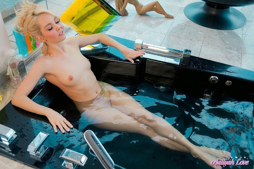 naked-aaliyah-love-in-a-bathtub
