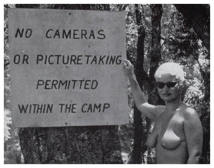 nenhuma câmera assina no campo de nudismo